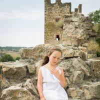 Девочка на стене крепости :: Ирина Вайнбранд