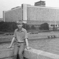 На фоне гостиницы Россия. 1988 :: Олег Афанасьевич Сергеев