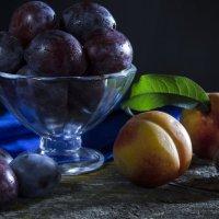 Сливы с персиками  в вечерних лучах :: Валерий Хинаки