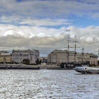 «Он бежит себе в волнах на раздутых парусах»* :: Valeriy Piterskiy