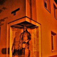 Памятник рыбаку :: Марина