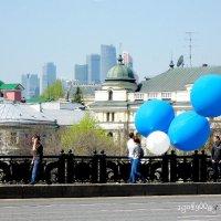 Шарики  -  это  целая  философия   праздника ,  тем  более  Первомая... :: Игорь Пляскин