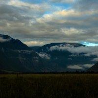 Облака гуляют по долине :: Людмила Ильина