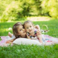 Две сестры летом на пикнике :: Ирина Вайнбранд