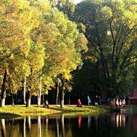 Золотой осенью на озере :: Елена Семигина