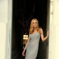 Соблазнительная девушка среди стен тёмного проулка) :: Нелли Попп