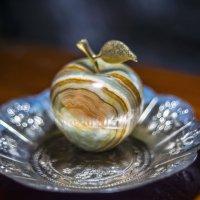 Эx, яблочко... Да на тарелочке... :: isanit Sergey Breus