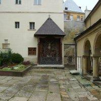 На   территории   армянской   церкви   в   Львове :: Андрей  Васильевич Коляскин