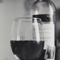 Разлитый в бокал виноград :: А. Stern