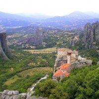 Панорама. Православные монастыри высоко на отвесных скалах Метеоры в Греции :: Наталья Чистополова
