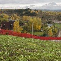 Красный забор :: Алексей Окунеев
