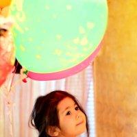 Девочка и надувные шарики. :: ЕЛЕНА ПОПОВА