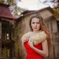 Девушка в красном :: Мадина Скоморохова