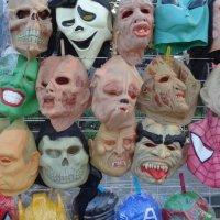 Маски шутов спасают лица многих актеров... :: Алекс Аро Аро