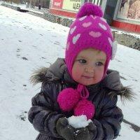 Первый снежок в руках . :: Мила Бовкун