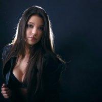 Красивая девушка позирует в студии :: Ирина Авдеева