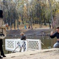 В парке во время свадьбы (фото с контрастом величин и с сюжетом на ближнем и среднем плане) :: Наталья Чистополова