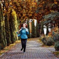 Девушка в парке :: Наталья Зенченко
