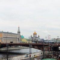 Вид  с  моста  на Храм  Христа  Спасителя :: Наталья Чернушкина