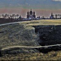 Свенский монастырь на фоне палёной травы :: Дубовцев Евгений