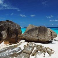 Камни на краю пляжа. :: Сергей Адигамов