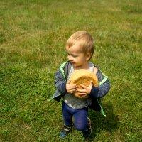Мальчик и хлеб :: Марина Кириллова