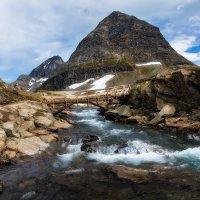 Гора и деревянный мостик. :: Sven Rok