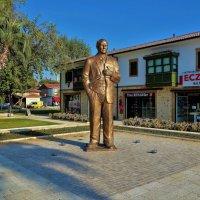 Памятник Ататюрку в Старом Сиде... :: Sergey Gordoff