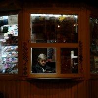 Рабочий день в газетном киоске :: Валерий Чепкасов