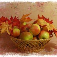 Корзина с яблоками и осенние листья :: Nina Yudicheva