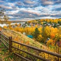 Город Плёс за деревянной оградой Соборной горы :: Юлия Батурина
