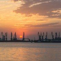 Садилось солнце за морским портом :: Сергей Дишук