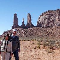 """С супругой на фоне скал """"Три сестры"""" (Долина Моументов, США) :: Юрий Поляков"""