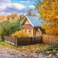 Желтый домик в осеннем Плёсе :: Юлия Батурина
