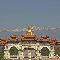 Золотой Будда на  фоне  Тянь Шаня . :: Виталий Селиванов