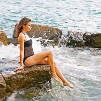 Красавица на камнях у моря :: Владимир Ушаров