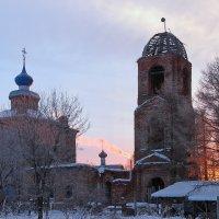 Зимнее утро возле старой церкви в Пазушино, возле Ярославля :: Николай Белавин