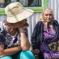 Бабушка в торговом ряду. :: Валерий Молоток