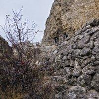 Фрагмент древней подпорной стены :: Юрий Яловенко