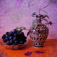 Чёрный виноград и зебрина в вазе :: Nina Yudicheva