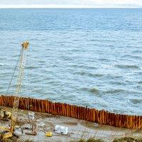 Укрепление береговой линии :: Сергей В. Комаров