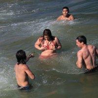 говорят что упражнения в воде худят - мадам с вас уже купальник сползает :: Naum