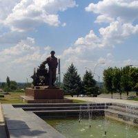 Памятник литейщику по ул. Коцюбинского, 14, г. Луганск :: Наталья (ShadeNataly) Мельник