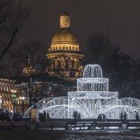 Светящийся фонтан и Исаакий. :: Марина Ножко