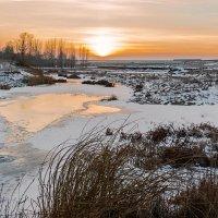 Вечер у замёрзшей речушки :: Любовь Потеряхина