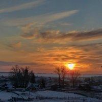 Над деревнею оранжевый закат. :: Сергей Чернышев