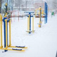 Двор заметённый снегом :: Константин Бобинский