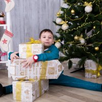 Мальчик завален подарками :: Valentina Zaytseva