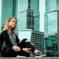 Настя на фоне небоскребов Москва-Сити :: Татьяна