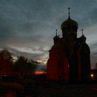 На фоне осеннего заката :: Александр Бурилов